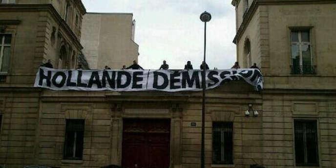 Des militants d'extrême droite ont déployé une banderole