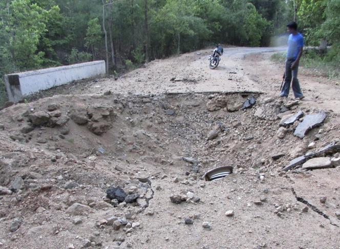 Le cratère laissé par l'embuscade à l'explosif tendue par les naxalites près de Bastar, dans l'Etat du Chhattisgarh qui a fait, samedi 26 mai 2013, 27 morts parmi les cadres régionaux du Parti du Congrès, le parti de la coalition au pouvoir en Inde.