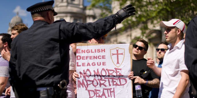 En fin d'après-midi, des partisans de l'English Defence League (Ligue de défense anglaise) et des contre-manifestants se sont affrontés à coups de bouteilles de verre, obligeant des policiers à intervenir.