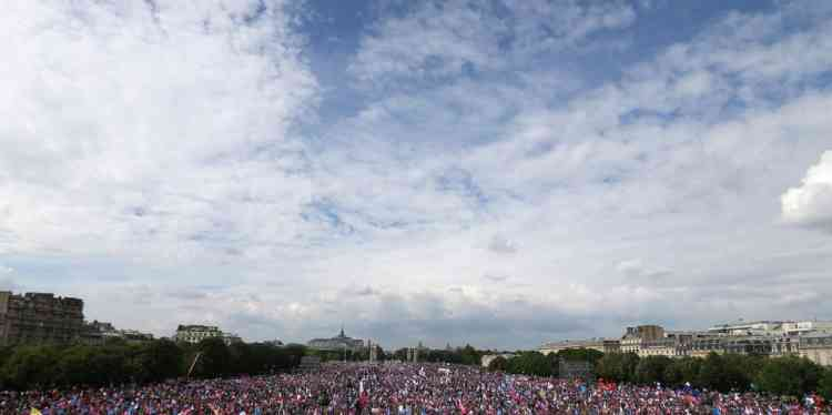 A general view taken on May 26, 2013 shows thousands of anti-gay marriage demonstrators gathering at the Invalides square in Paris during a mass protest against a gay marriage law. France on May 18 became the 14th country to legalise same-sex marriage after President Francois Hollande signed the measure into law following months of bitter debate and demonstrations. AFP PHOTO THOMAS SAMSON