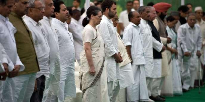 Dimanche 26 mai, la présidente du Parti du Congrès, Sonia Gandhi aux obsèques des 27 cadres du parti tués lors d'une attaque des naxalites (maoïstes) à Raipur (Etat de Chhattisgarh), samedi.