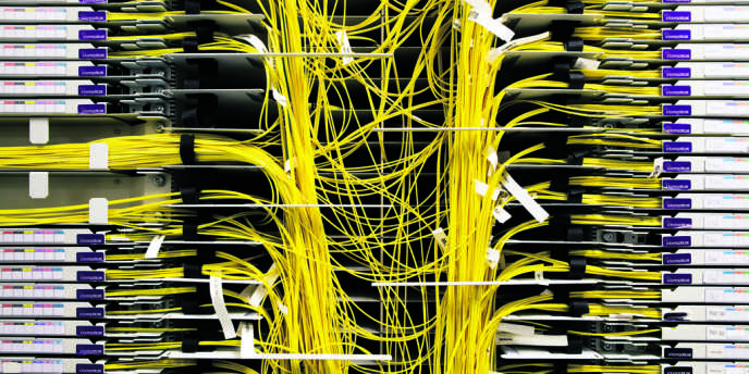 Une salle d'interconnexion des réseaux de fibre optique, dans le