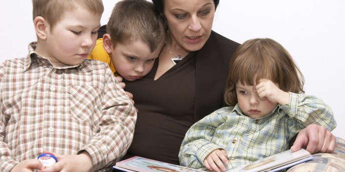 Avec une heure et demie quotidienne, les mères consacrent en moyenne deux fois plus de temps aux activités que les pères.