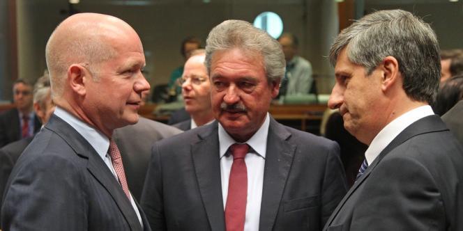 De gauche à droite : le ministre britannique, William Hague, le ministre luxembourgeois Jean Asselborn et le ministre autrichien Michael Spindelegger, lors du sommet de Bruxelles consacré à la Syrie, lundi 27 mai 2013.