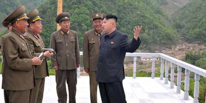 Photo non datée de Kim Jong-un inspectant le chantier d'un futur domaine skiable sur le mont Masik.