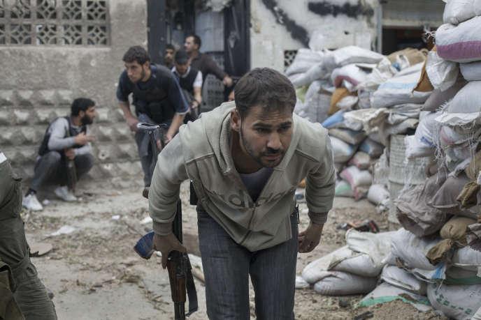 Quartier de Jobar, à Damas, le 4 avril. Des combattants rebelles de la brigade Tahrir Al-Sham font mouvement sur la ligne de front.