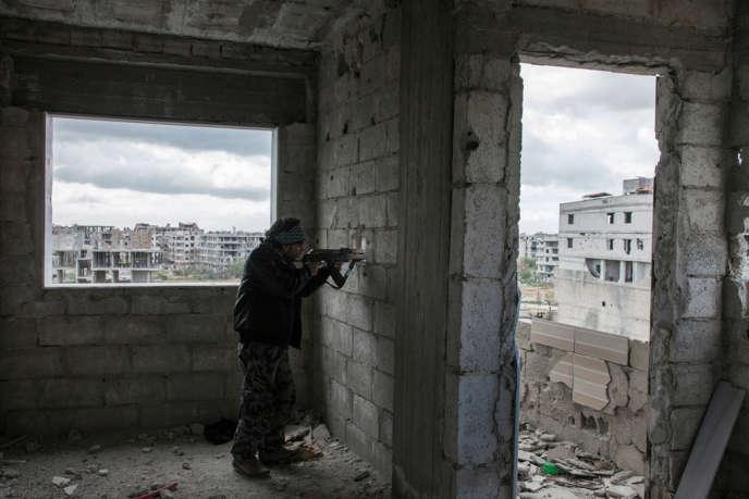 A Irbin Damas, Syrie, 9 Avril 2013. Un sniper de la brigage Tahrir Al-Sham affronte une position de l'armée syrienn à Harasta.
