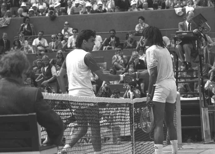 le jeudi 26 mai 1983, Yannick Noah bat le Paraguayen Victor Pecci(46e) en trois sets (6-4, 6-3, 6-3) à Roland-Garros.