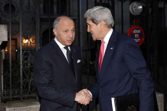 Le secrétaire d'Etat John Kerry et le ministre des affaires étrangères Laurent Fabius avant leur rencontre avec leur homologue russe le 27 mai à Paris.