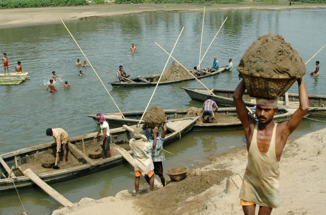 Collecte de sable dans la rivière Gumti à Sunamura, en 2007.