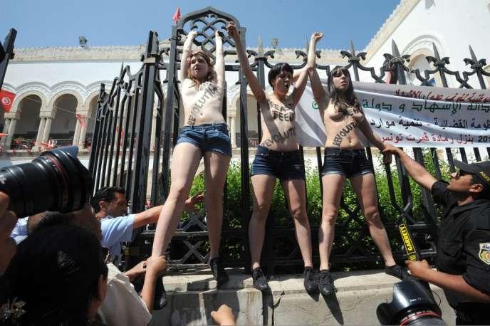Les Françaises Pauline Hillier, Marguerite Stern et l'Allemande Josephine Markmann, le 29 mai, devant le tribunal de Tunis. Les trois membres du mouvement des Femen étaient venues soutenir leur camarade, Amina Sboui, poursuivie pour « atteinte aux bonnes mœurs»,  «profanation» et «association de malfaiteurs».