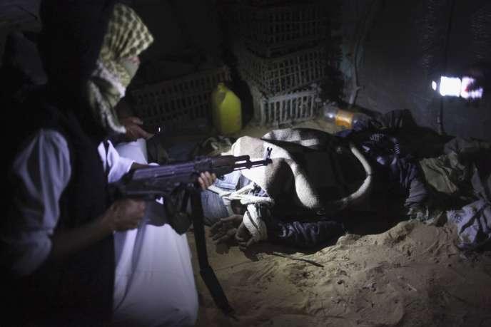 Un Bédouin détient un immigré érythréen, au sud de Rafah, le 13 mai.