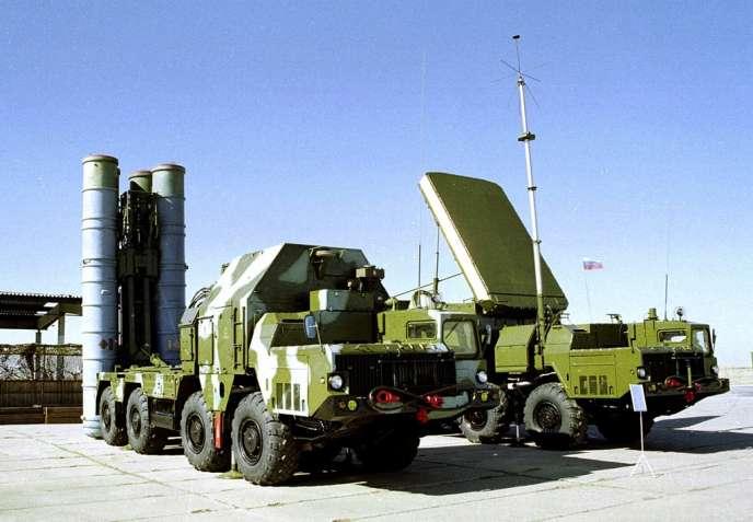 Au premier plan, une batterie de missiles sol-air russes S-300.