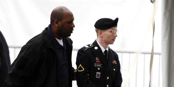 Le soldat de première classe Bradley Manning à son arrivée à la cour martiale de Fort Meade (Maryland), le 21 mai 2013.