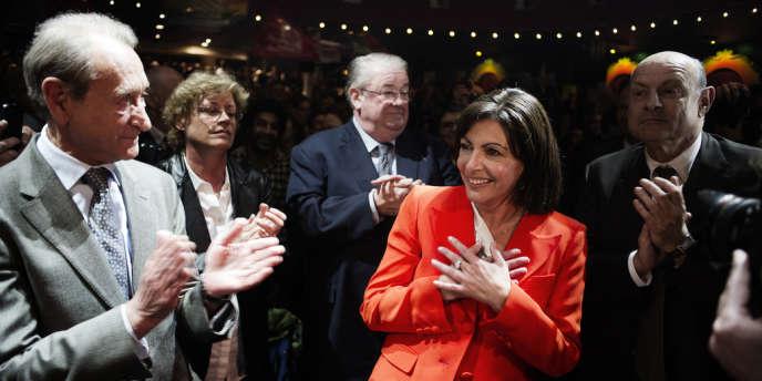 Anne Hidalgo, candidate PS à la mairie de Paris, applaudie notamment par l'actuel maire, Bertrand Delanoë, et le député Jean-Marie Le Guen, mardi 28 mai, au Bataclan, à Paris.
