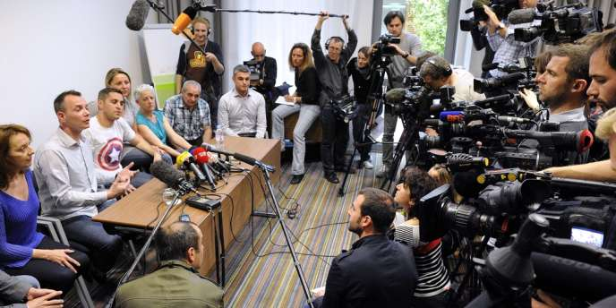 Vincent Autin et Bruno Boileau (deuxième et troisième en partant de la gauche) lors d'une conférence de presse, le 28 mai à Montpellier, à la veille de leur mariage. Quelque 200 journalistes du monde entier ont été accrédités pour assister à la cérémonie.
