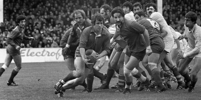 Le joueur de Béziers Jean-Pierre Pesteil (ballon en mains) s'échappe lors du match de demi-finale du challenge Yves-du-Manoir disputé à Clermont-Ferrand le 8 mai 1977 opposant Béziers à Perpignan. De gauche à droite : Armand Vaquerin, Michel Palmie et Alain Paco.