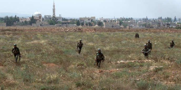 Des soldats syriens à proximité de l'aéroport de Dabaa.