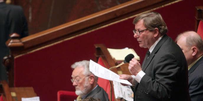 L'ancien député-maire communiste Pierre Gosnat se trouvait à son domicile quand il a été surpris par le malfaiteur.