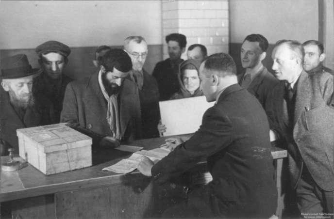 Une distribution de vivres dans les locaux du conseil juif (Judenrat) de Varsovie, en mai 1941.