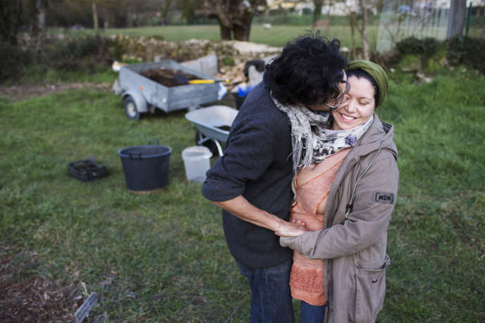 A Saint-Laurent-Médoc (Gironde), Patrick et Marie, 31 ans, essaient de produire leur nourriture eux-mêmes pour limiter leur impact sur l'environnement.