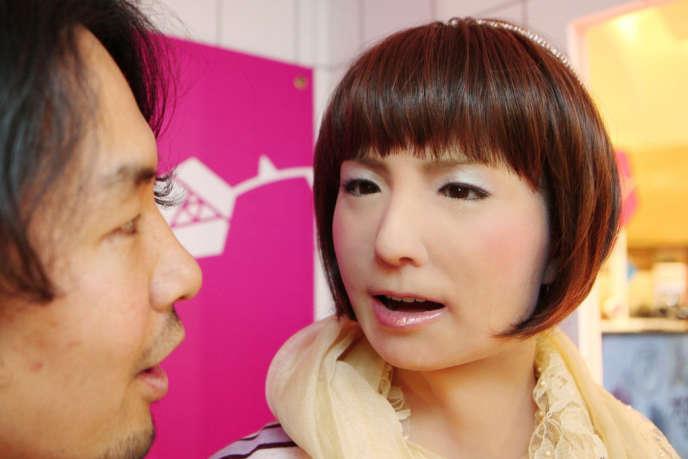 Le robot japonais à forme humaine Minami peut répondre des phrases basiques à ses interlocuteurs.