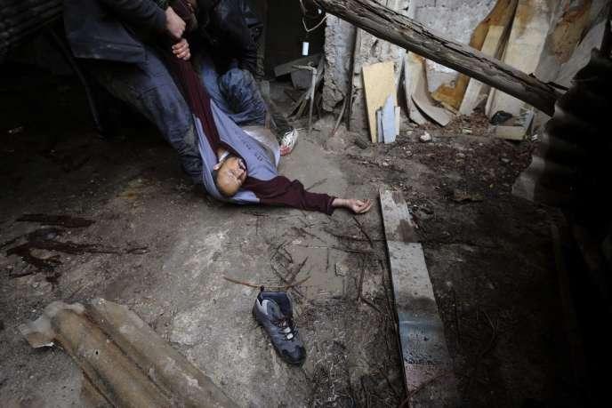 Un rebelle syrien abattu par un sniper à Ain Tarma, un quartier de Damas, le 30 janvier 2013.
