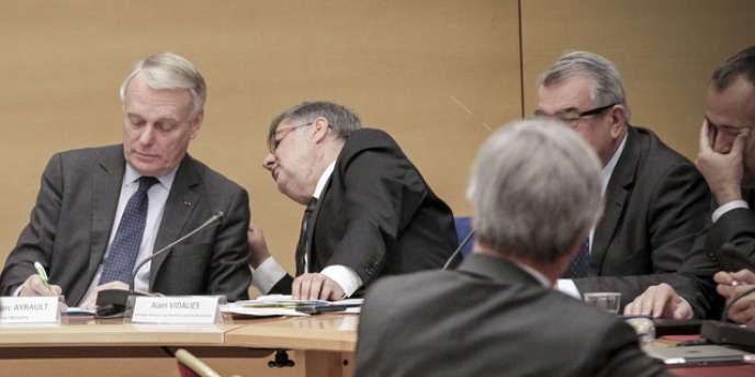 Jean-Marc Ayrault (à gauche) et Alain Vidalies, ministre chargé des relations avec le Parlement, au Sénat, le 28 mai.