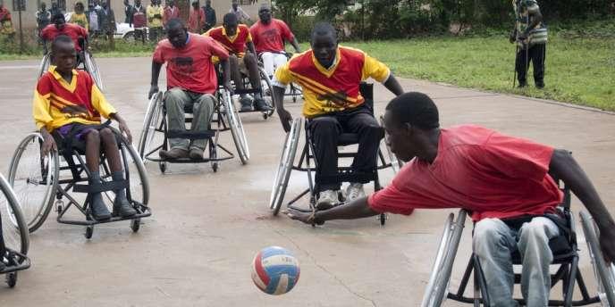 Des enfants jouent au ballon dans un centre spécialisé dans le nord de l'Ouganda.