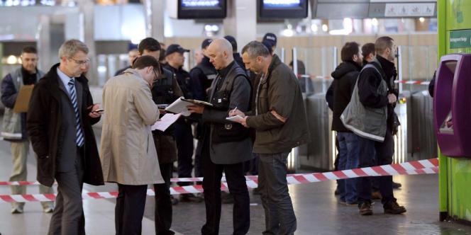 Les enquêteurs sur les lieux de l'agression au cutter d'un militaire à la Défense, le 25 mai.