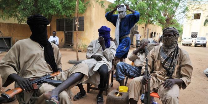 Des combattants du Mujao, le Mouvement pour l'unicité et le djihad en Afrique de l'Ouest, à Gao, le 16 juillet 2012.