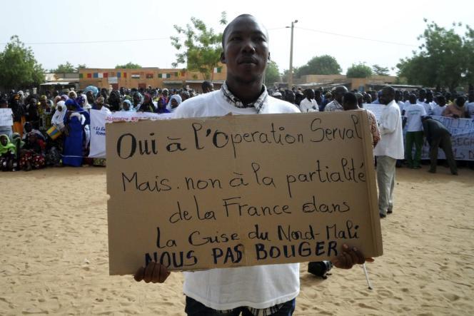 Un manifestant lors du rassemblement appelant la France à libérer Kidal, ville du nord du Mali, le 30 mai.