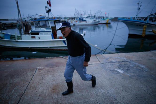 Un pêcheur du port d'Iwaki, à 30 km au sud de la centrale de Fukushima.
