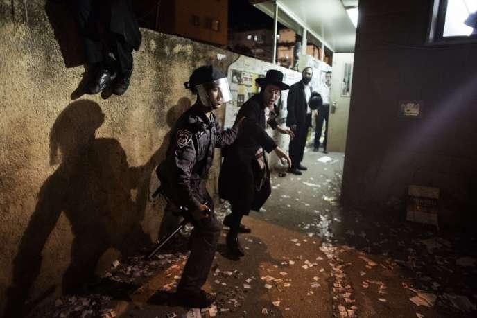 Un manifestant ultra-orthodoxe opposé à la conscription militaire est arrêté à Jérusalem, le 16 mai.