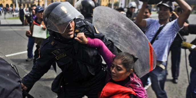 Des affrontements ont opposé police et manifestants, le 30 mai dans la capitale péruvienne.