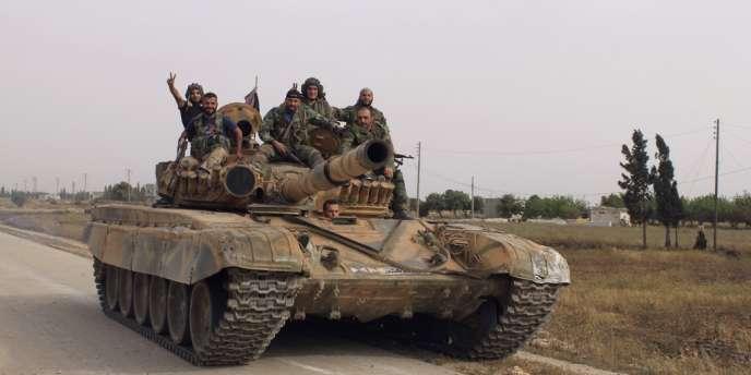Des militaires de l'armée syrienne dans un village près de Qoussair, le 30 mai.