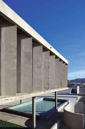 Le Corbusier, inspiré par  la Grèce antique, avait imaginé sa terrasse comme un terrain d'activités en plein air, avec notamment un solarium et un pédiluve, un espace qu'investira Xavier Veilhan. -