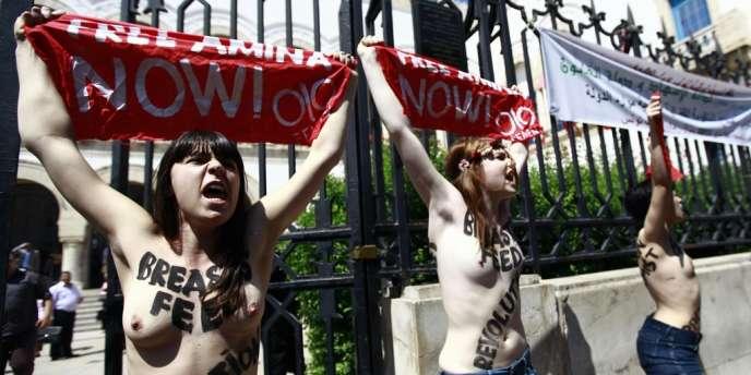 Trois militantes de Femen protestent, le 29 mai 2012, devant le ministère de la justice à Tunis, contre l'arrestation d'Amina Sbouï.