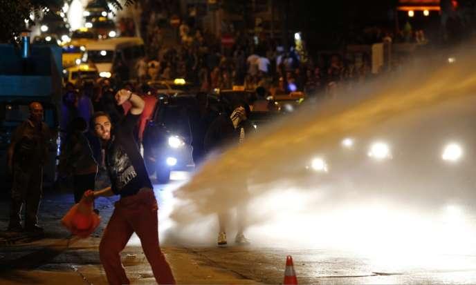 De violents affrontements ont opposé des manifestants aux forces de l'ordre turques en marge des manifestations organisées contre un projet d'aménagement urbain à Istanbul.