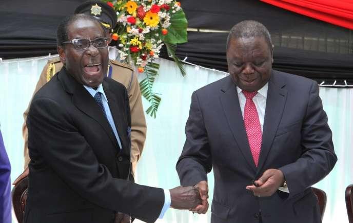 Le président Robert Mugabe (à gauche) et son premier ministre, Morgan Tsvangiraï, après la signature de la nouvelle Constitution, le 22 mai à Harare.