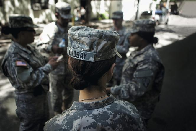 Mobilisée en Irak,  le sergent dispensait des formations sur la prévention du viol. Cela n'a pas empêché l'agression  de l'une de ses recrues la semaine suivante. Minoritaires à des postes de commandement, les femmes peinent à changer les mentalités.