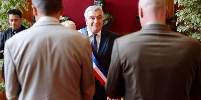 Frédéric Cuvillier, ex-ministre des transports, célébrant en 2013, le premier mariage d'un couple homosexuel dans la région Nord Pas-de-Calais.