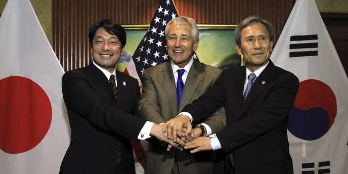 Le patron du Pentagone Chuk Hagel entouré de ses homologues japonais, Itsunori Onodera, et sud coréen, Kim Kwan-jin.
