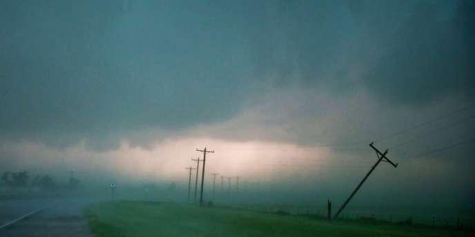 Des poteaux électriques ont été balayés par les vents, vendredi 31 mai dans l'Oklahoma.