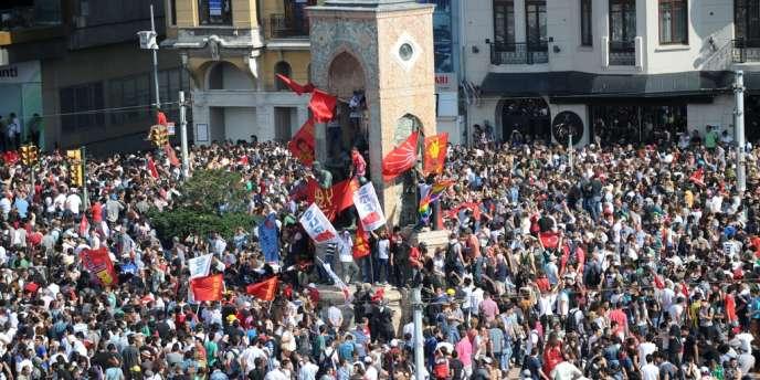 Les forces de l'ordre, qui ont violemment réprimé les manifestants la veille faisant, selon des médecins sur place, plusieurs centaines de blessés, se sont retirées de la place en milieu d'après-midi.