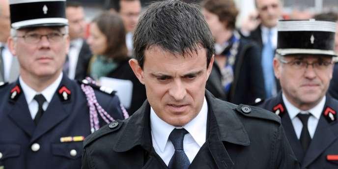 Manuel Valls, en visite à Salles, jeudi 30 mai.