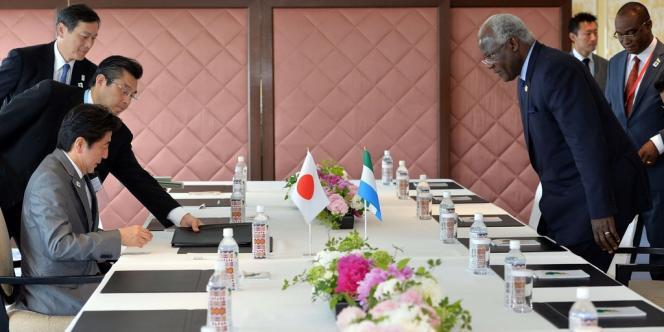 Le président de Sierra Leone, Ernest Bai Koroma (à droite), et le premier ministre japonais, Shinzo Abe, lors de la cinquième Conférence de Tokyo sur le développement de l'Afrique, le 2 juin.