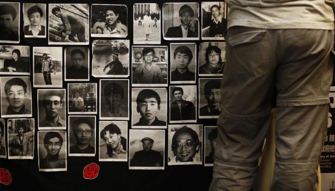 Des images des manifestants décédés le 4 juin 1989, sur la place Tienanmen, à Pékin, sont exposés à l'université de Hongkong, le 3 juin.