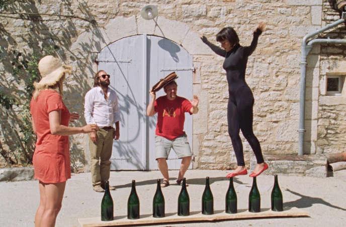 Charlotte (Marie-Lorna Vaconsin), Pator (Vincent Macaigne), Bertier (Thomas Schmitt), et Truquette (Vimala Pons), quatre copains embarqués dans une folle équipée estivale.