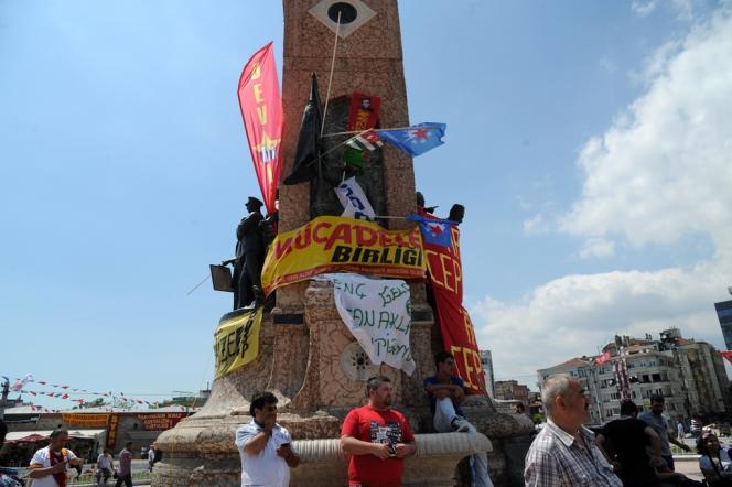 Des manifestants rassemblés devant le Monument de la république, place Taksim, à Istanbul, le 3 juin.